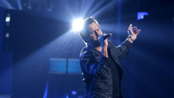 (وات ميكس يو كنتري) للمغني لوك بريان يتصدر قائمة بيلبورد 200