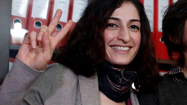 برلين: تركيا تفرج عن صحفية ألمانية لكن تمنعها من مغادرة البلاد