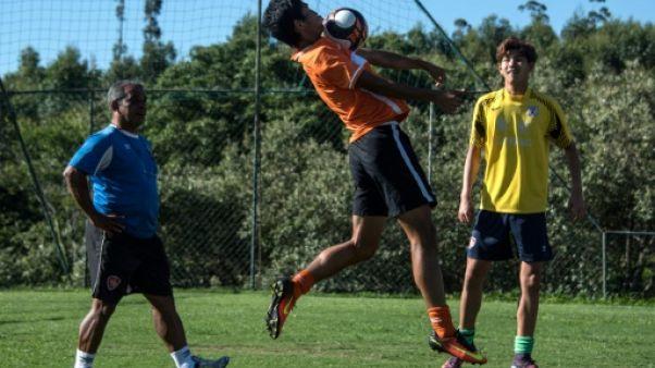 De jeunes Chinois à l'école du foot brésilien
