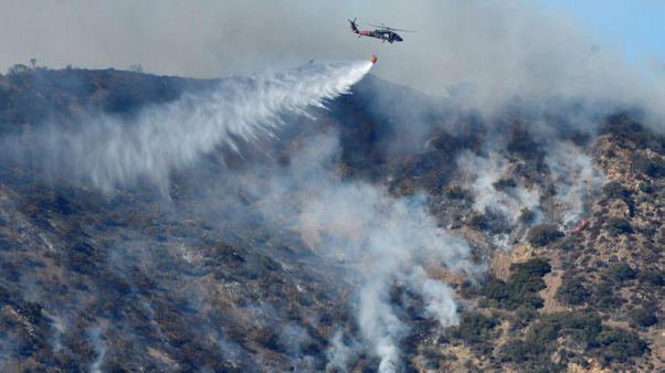 استمرار جهود مكافحة حرائق الغابات بكاليفورنيا