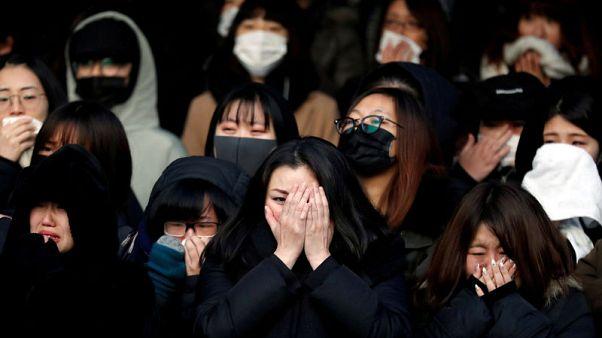 بالدموع والنحيب.. الجماهير تودع نجم فريق شايني الغنائي بكوريا الجنوبية