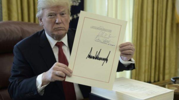 Donald Trump promulgue la baisse des impôts et part en vacances