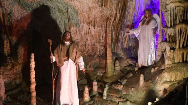قصة ميلاد السيد المسيح تروى من جديد في كهف بغرب سلوفينيا
