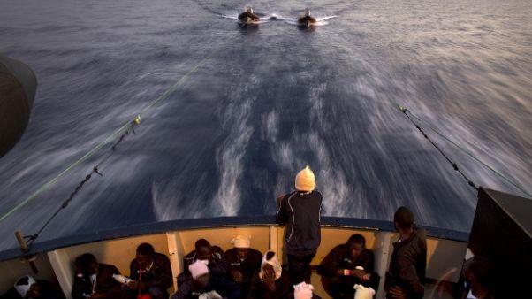 Migranti trasferiti su nave ong,tempesta