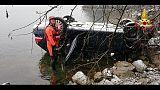 Auto sbanda per neve e finisce nel lago