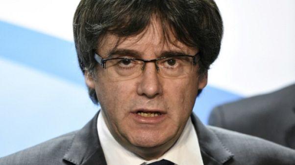 """Le président catalan destitué Puigdemont """"exige"""" la restauration de son gouvernement"""
