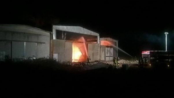 Brucia deposito, colonna fumo nel pavese