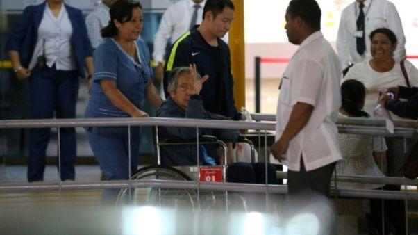 Pérou: Fujimori ressort libre de la clinique après une grâce controversée (AFP)