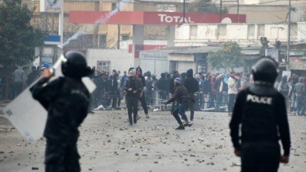 Tunisie: 200 arrestations, dizaines de blessés après une nouvelle nuit de heurts
