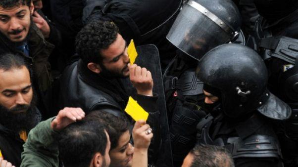 "Tunisie: des manifestants adressent un ""carton jaune"" au gouvernement"
