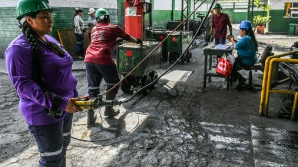 Dans les mines d'émeraude, des femmes battent en brèche le machisme