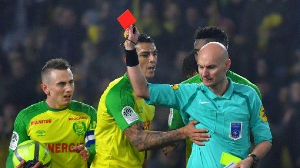 Nantes-PSG: l'arbitre tacle un joueur puis l'exclut, Twitter explose