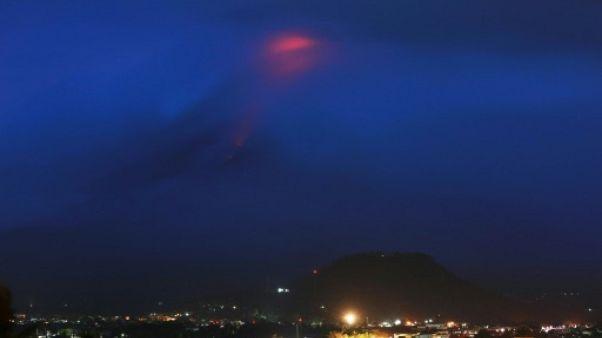 Philippines: le réveil du volcan Mayon fait fuir des milliers de personnes