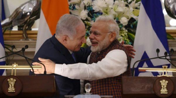 Inde: Modi et Netanyahu affichent leur proximité et signent des accords