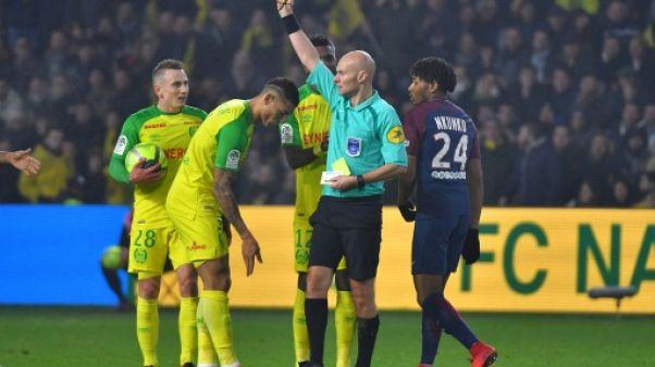 Ligue 1: Chapron, visage clivant de l'arbitrage français