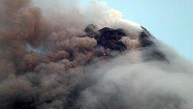 سحب دخان تغطي فوهة بركان مايون بالفلبين يوم الثلاثاء - صورة لرويترز (يحظر اعادة بيع الصورة او الاحتفاظ بها في الارشيف)