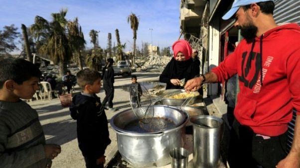 A Raqa, encore détruite et minée, des falafels redonnent le sourire aux habitants
