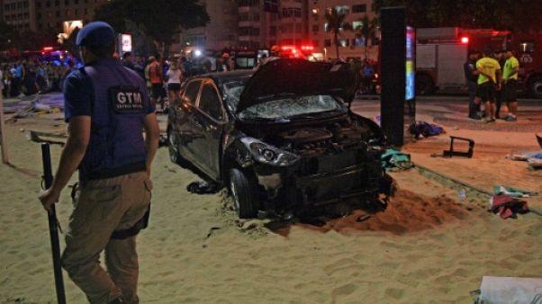 Brésil: une voiture monte accidentellement sur le trottoir à Rio, un mort