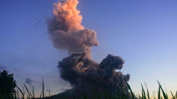 Volcan en éruption aux Philippines: des milliers de personnes continuent de fuir