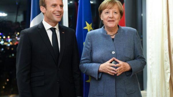 """Merkel et Macron face aux """"troupes"""" américaines à Davos"""