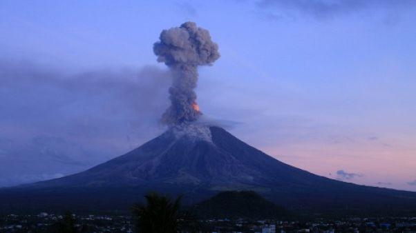 Philippines: l'éruption d'un volcan fait fuir les habitants mais attire les touristes