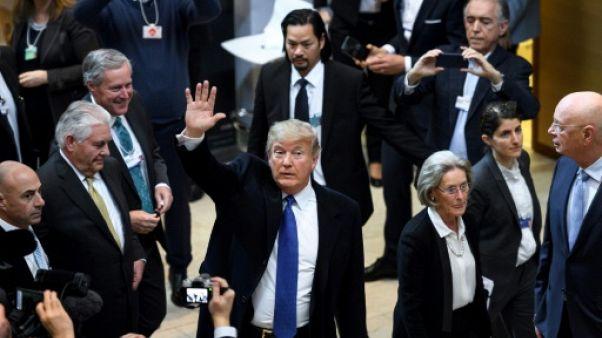 A Davos, Trump fait remonter le dollar, attaque les Palestiniens et cherche à séduire les patrons