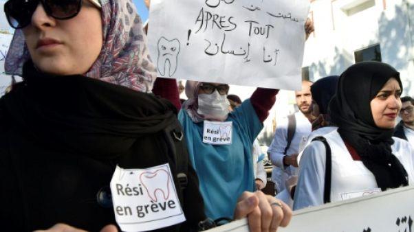 """Algérie: un millier de médecins """"résidents"""" manifestent dans un hôpital d'Alger"""