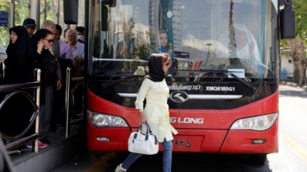 Iran: une trentaine de femmes arrêtées pour avoir ôté leur voile en public