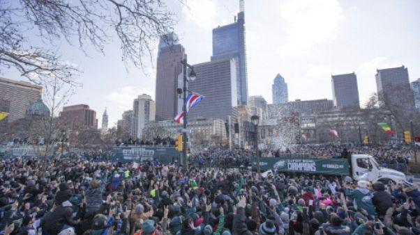 Foot américain: foule en liesse et défilé triomphal des Eagles à Philadelphie