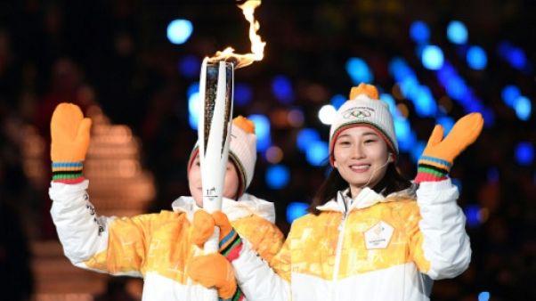 JO-2018: deux hockeyeuses de l'équipe unie de Corée ont participé à l'allumage de la vasque