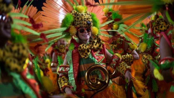 Le carnaval de Rio mêle politique et glamour au sambodrome