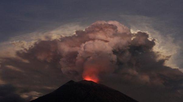 بركان جبل أجونج يثور من جديد في جزيرة بالي الإندونيسية