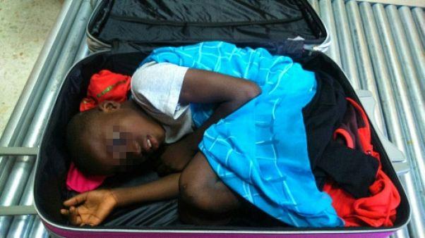 """Migrations: petite amende pour le père de """"l'enfant de la valise"""""""