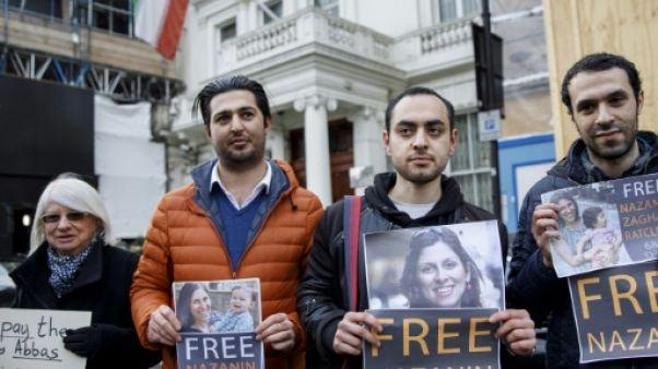 Le mari d'une Irano-Britannique détenue en Iran remet une pétition à l'ambassade