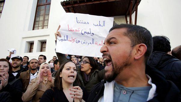 اتساع نطاق احتجاجات العاملين بالتعليم والصحة في الجزائر