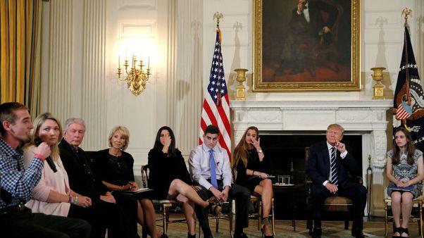 ترامب: تسليح المعلمين قد يمنع حدوث مجازر بالمدارس