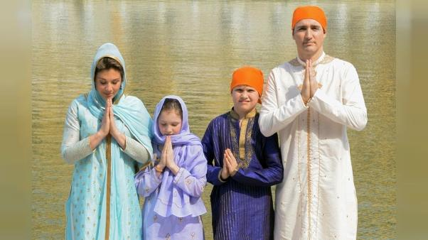 Justin Trudeau moqué pour sa diplomatie de la mode en Inde