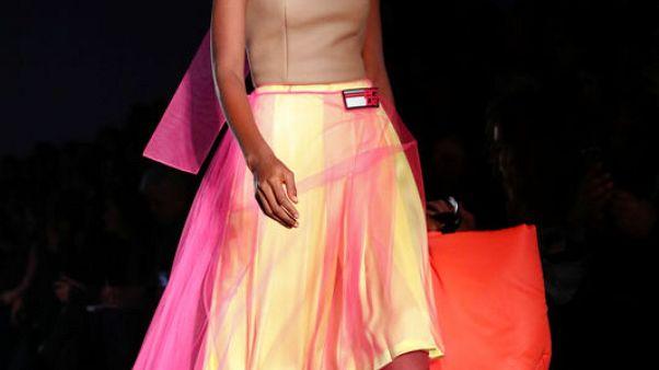"""برادا تبهر ميلانو بتصميمات """"مشعة"""" في أسبوع الموضة"""