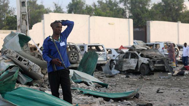 مسؤول صومالي: ارتفاع عدد قتلى انفجار سيارتين إلى 45 قتيلا