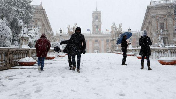 الصقيع يعم أوروبا وعاصفة ثلجية نادرة في روما تعطل رحلات جوية