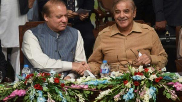 Au Pakistan, le Premier ministre destitué remplacé par son frère à la tête du parti au pouvoir