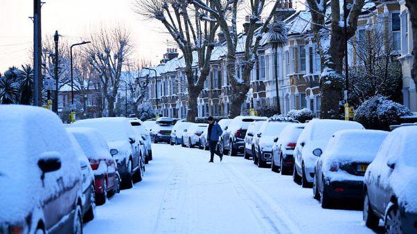 الثلوج تغطي أجزاء من بريطانيا وأيرلندا في عاصفة (الوحش القادم من الشرق)