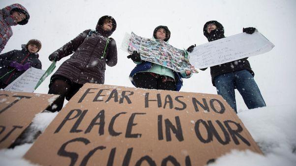 طلاب أمريكيون يضربون عن الدراسة تضامنا مع ضحايا إطلاق نار بمدرسة