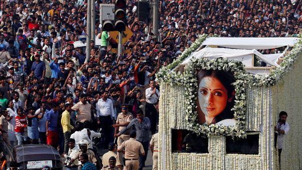 الآلاف يصطفون بشوارع مومباي لوداع الممثلة الراحلة سريديفي