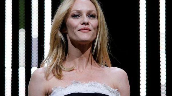ممثلات فرنسيات يدشن حملة (تايمز أب) خاصة بهن تميزها شرائط بيضاء