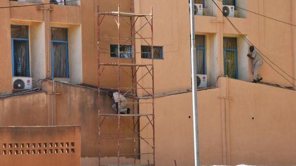 مسلحون يهاجمون السفارة الفرنسية ومقر الجيش في بوركينا فاسو