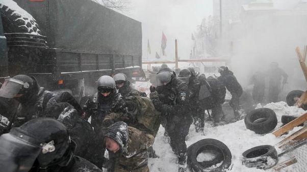 إصابة 10 في اشتباكات مع الشرطة لدى اقتحام مخيم لمحتجين في أوكرانيا