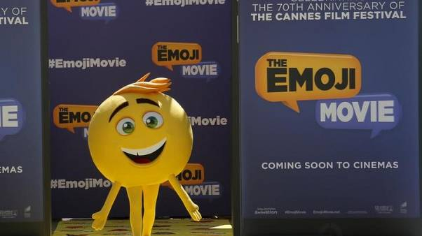 (إيموجي موفي) يحصد جائزة راتزي أسوأ فيلم وكروز وجيبسون أسوأ أداء