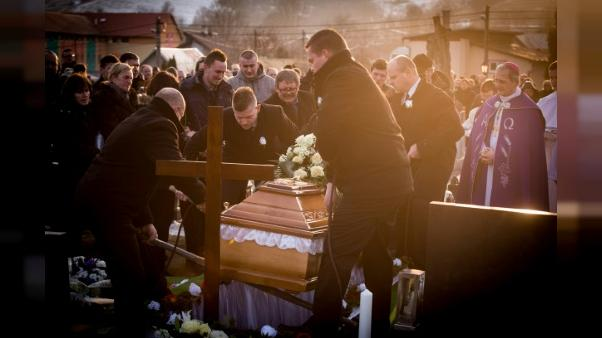 Le journaliste slovaque tué, enterré dans son costume de mariage