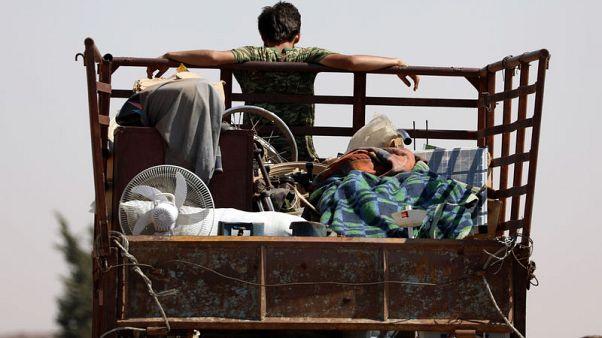 الجيش السوري يقصف مناطق للمعارضة في الجنوب مع فرار الآلاف إلى منطقة حدودية